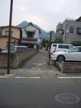 小路と最初に交差する道路