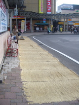 駅前のわら敷き
