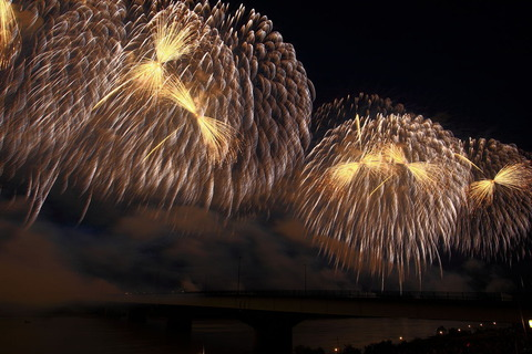 150521_1280px-Phoenix_Fireworks_at_Nagaoka_Festival_2011