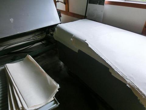 画家・柳樂晃里190622広瀬和紙・和紙自然乾燥中