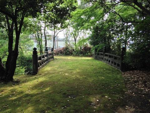 竈山神社には、歴史を感じる緑の絨毯
