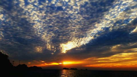 晩秋の湯浅、夕日とひつじ雲