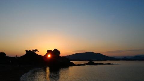 和歌浦、蓬莱岩から昇る朝陽 栄隆則