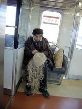 東京行きの電車のなかで、サラニプをつくる男。