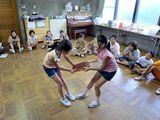 ヘクリサラリ(盆取り踊り)を踊る子供達