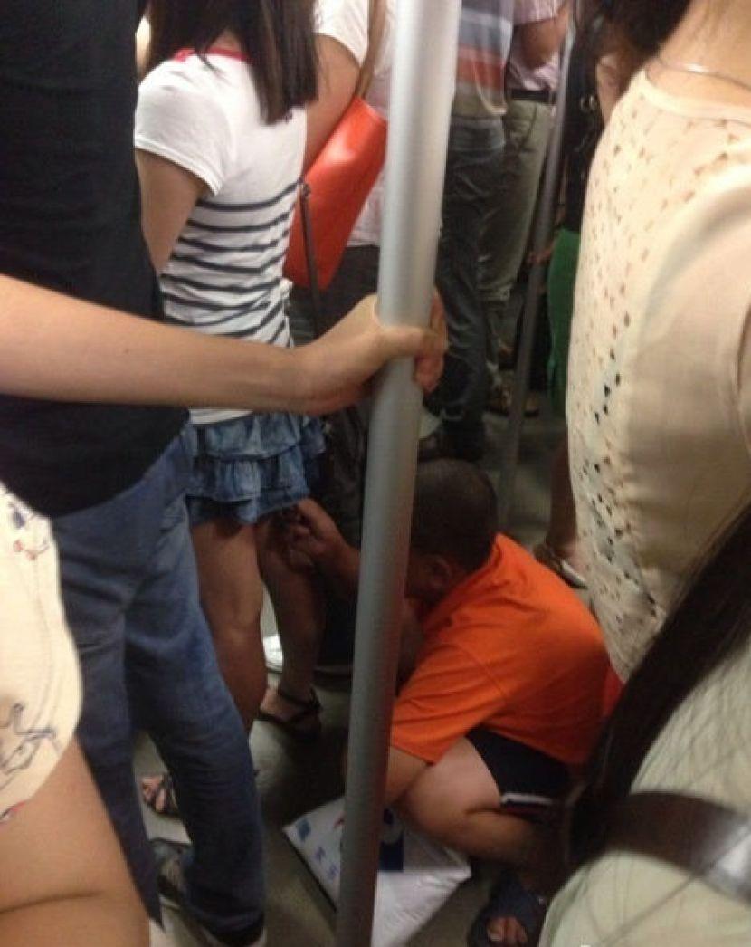 лапают девушку в метро когда