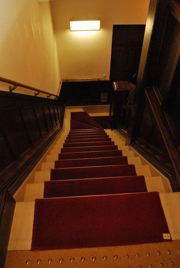 絨毯敷きの階段 木の手すり