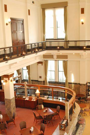 旧第四銀行二階ギャラリーから下の営業部を覗いた写真