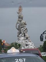 街中の彫刻像が素晴らしい