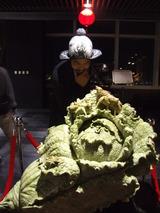 故宮美術館にあったレプリカの翡翠の白菜置物に夢中のアマノッチ、89階。