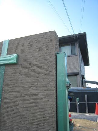 ベージュ色に塗られた門柱