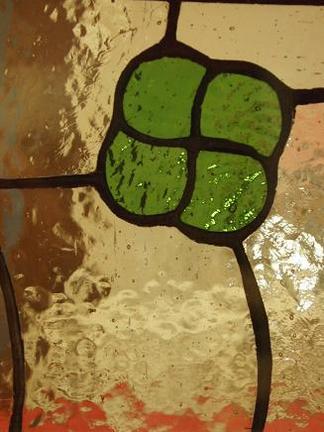 幸せ運ぶ四つ葉のクローバー