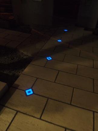 ソーラーキューブの青い光