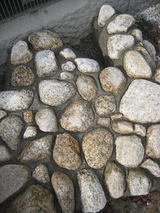 和室前のゴロタ石敷き