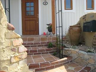 玄関への階段アプローチ
