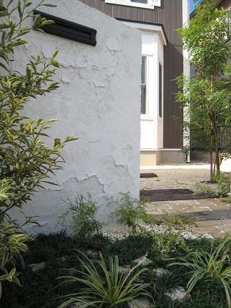 サブ門柱越しに見たお庭