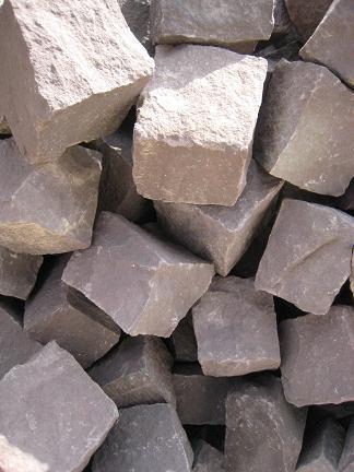 エンジ色のピンコロ石