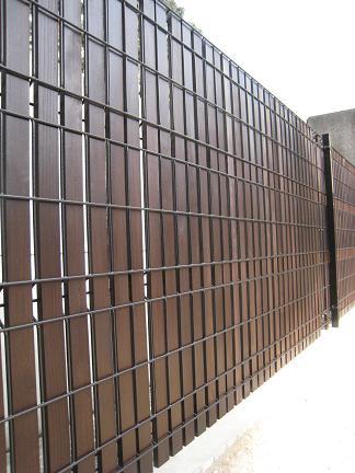 板材による目隠しフェンスに変貌