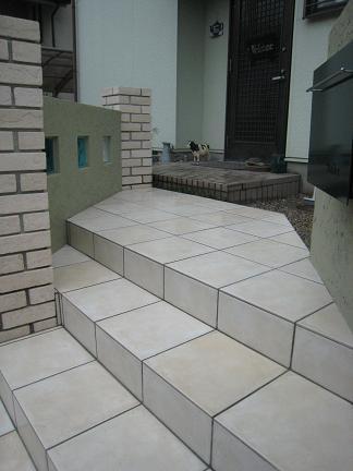 テラコッタ調のタイル貼り階段