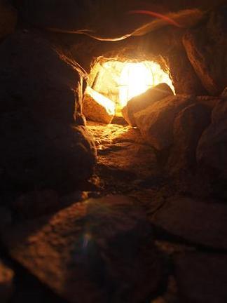 洞穴の中で光る灯り