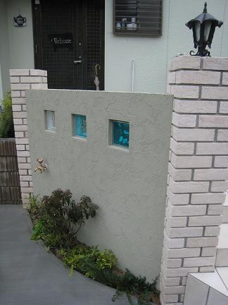 ガラスブロックを埋め込んだ門柱