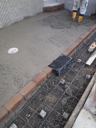 ガレージ土間コンクリート打設中