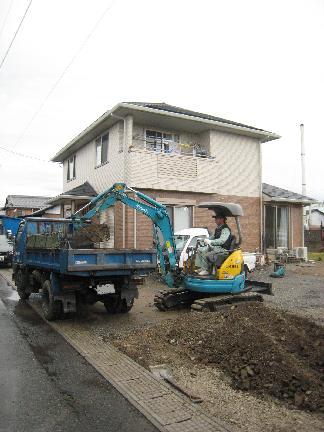 重機を使って掘削作業