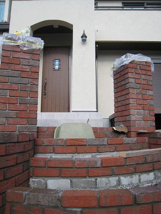 レンガ角柱の門柱