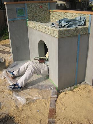 収納部分を塗込み作業中