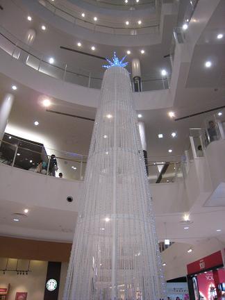 3階までそびえ立つツリー