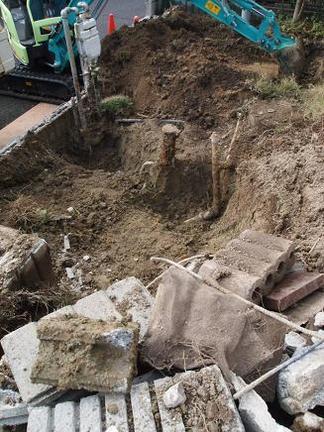 配管周り掘削中
