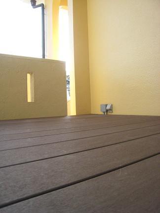 スリット壁後ろのウッドデッキ