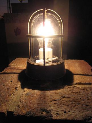 レンガ角柱上の灯り