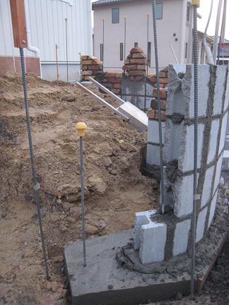門柱下地積み作業中