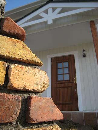 門柱越しに建物を眺めて