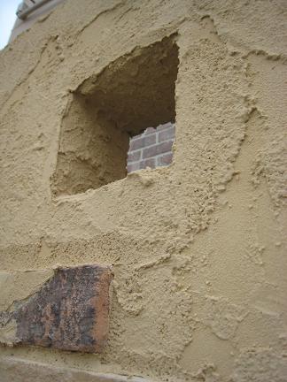 朽ちて崩れた飾り穴