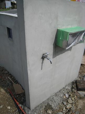 門柱裏面に立水栓