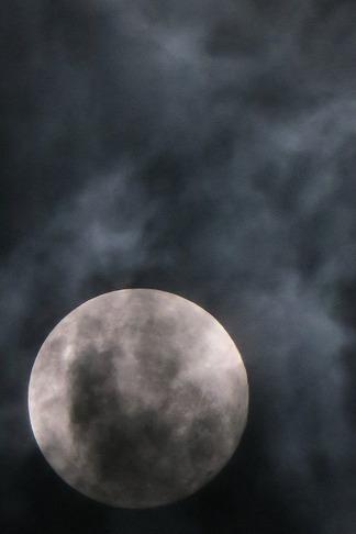 雲間に浮かぶ月