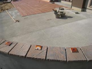 石貼り仕上げの大きなベンチ