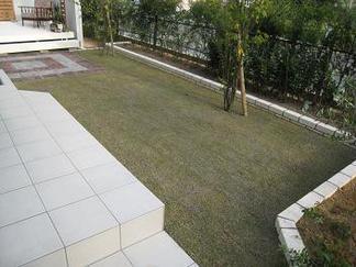 芝生を敷き詰めて
