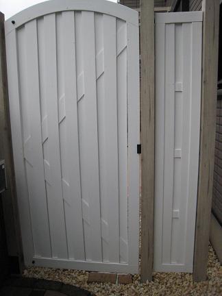 アーチ状の白い扉