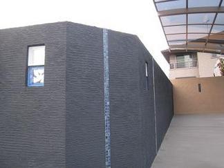 黒い壁面に青いガラスブロック
