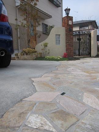 ガレージスペース前の乱貼り石