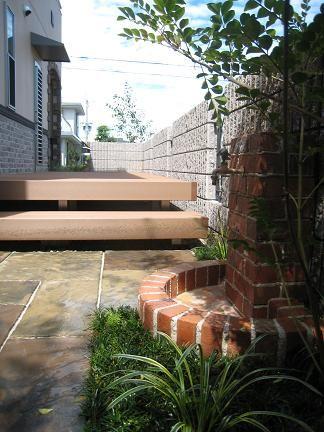 ウッドデッキ越しに眺める庭