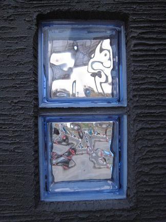 黒い壁に青いガラスブロック