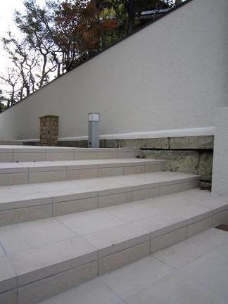 タイル貼りの階段アプローチ