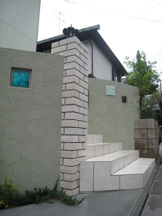 レンガ角柱そして塗壁門柱