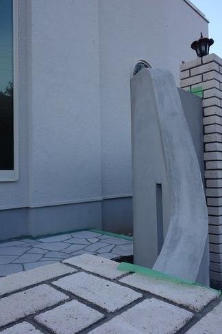 曲線壁後方は石貼テラス