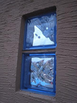 ベージュ色の壁に青いガラスブロック