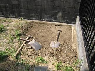 草の根っこごと鋤取ります